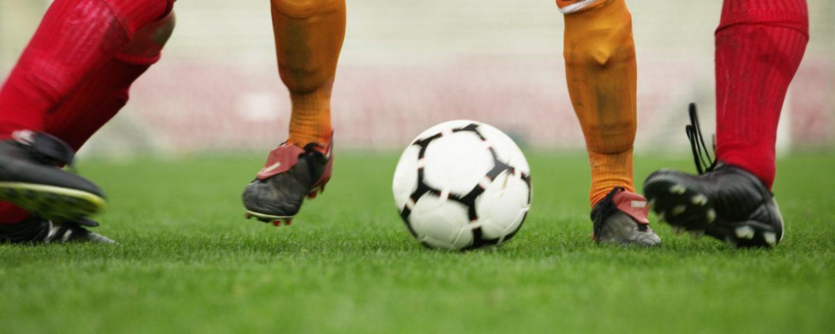 27 Apr 2004 --- Soccer Player Dribbling Between Defenders --- Image by © Royalty-Free/Corbis